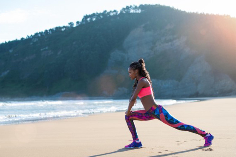 donna spiaggia yoga